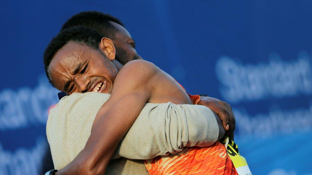 Geremew Bayih de Etiopí después de ganar el maratón de Dubai en Dubai, Emiratos Árabes Unidos