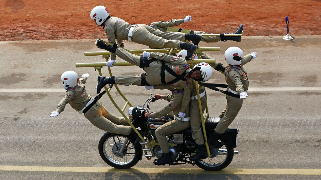 "Las motociclistas de las ""Daredevils"" de Indian Border Security Force (BSF) durante el desfile del Día de la República en Nueva Delhi, India"