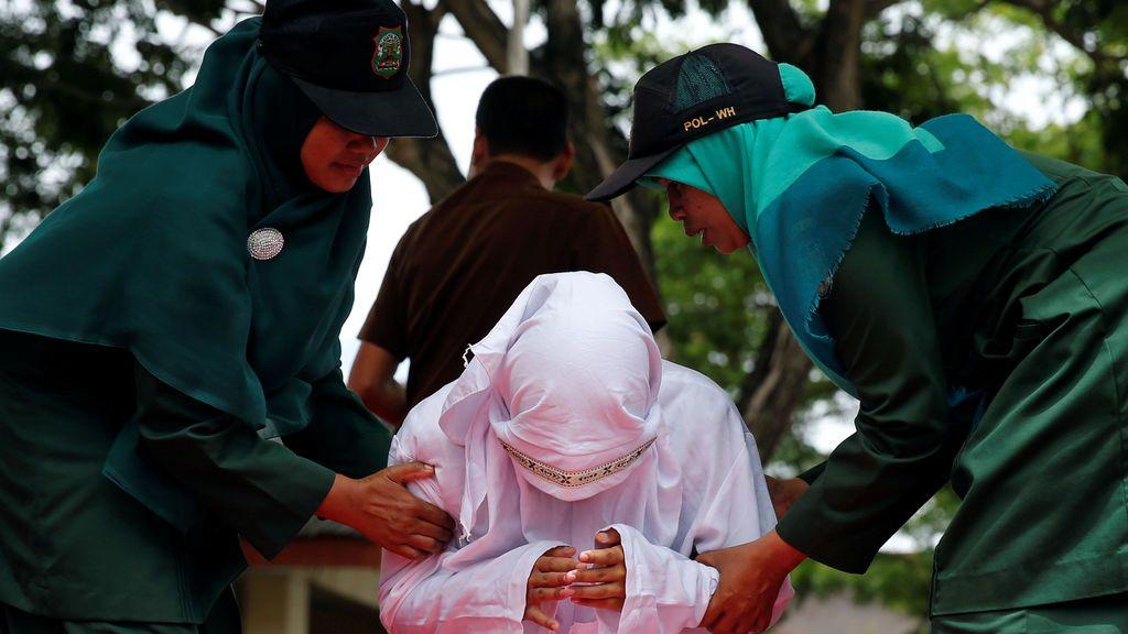 """La policía indonesia corta el pelo y obliga a vestir """"como hombres"""" a mujeres trasgénero"""