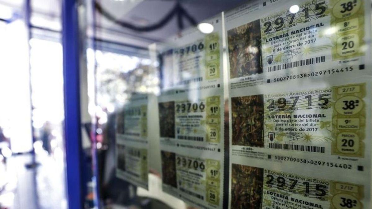 Entrega a la Policía 50 décimos premiados de la lotería de 'El Niño' que encontró en Málaga