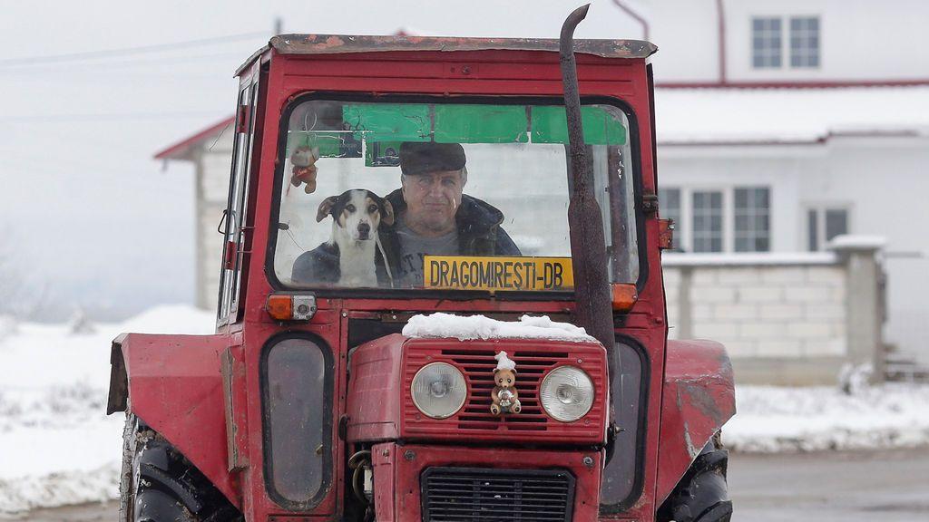 Un hombre conduce un tractor en Rumania