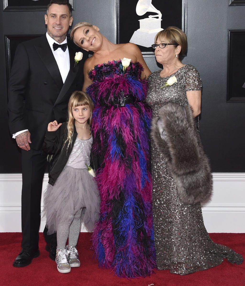 Pink junto a Carey Hart, Willow Sage Hart y Judith Moore