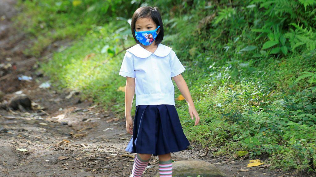 Una niña va con mascarilla al colegio como consecuencia de las cenizas del volcán Monte Mayon de Filipinas