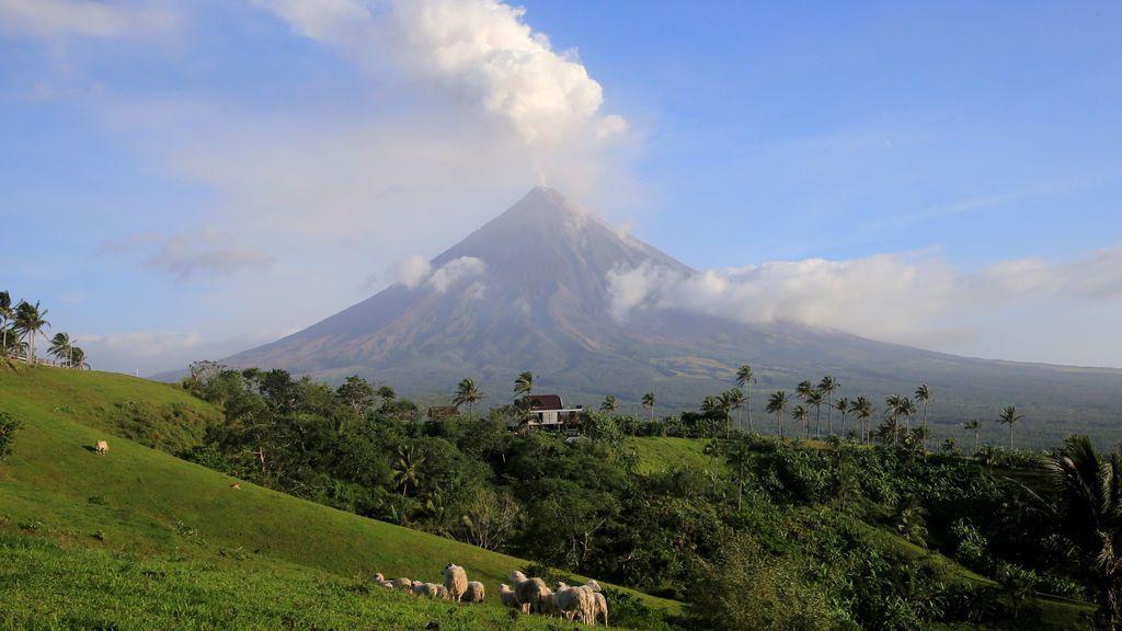 El volcán Monte Mayon durante una erupción en Camalig,  al sur de Manila, Filipinas
