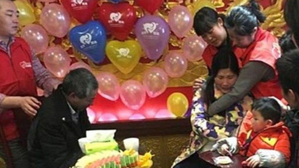 Se pierde con seis años en una estación de trenes de Shanghái y dos décadas después vuelve a ver su padre