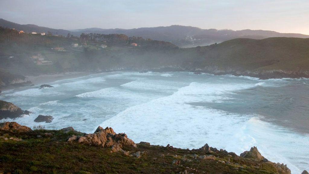 Buscan a un vecino de Cedeira  arrastrado por el mar en  la playa de O Baleo