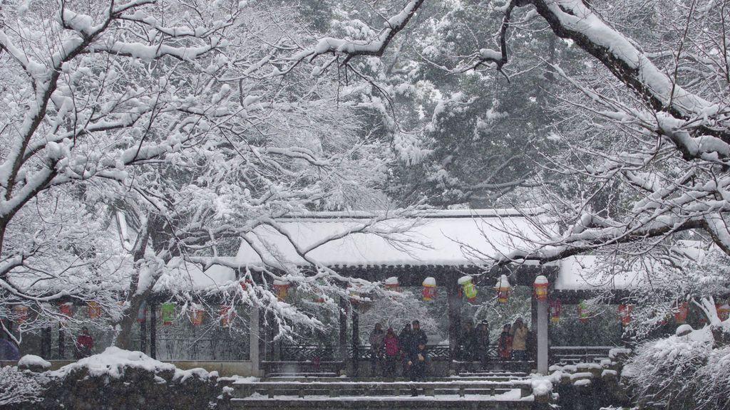 La gente visita el jardín Jichang cubierto de nieve en Wuxi, provincia de Jiangsu, China