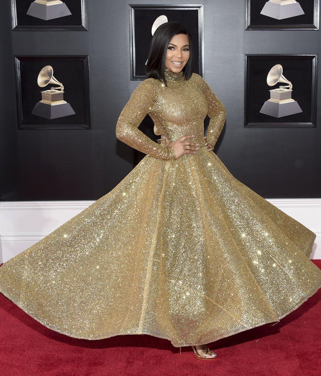 Ashanti con vestido dorado