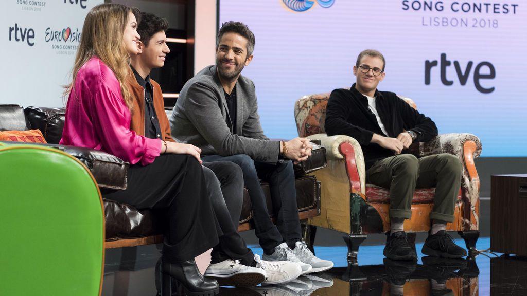 Amaia y Alfred, representantes de RTVE en Eurovisión 2018, junto al presentador de 'OT 2017', Roberto Leal, y al compositor de 'Tu canción', Raul Gómez.