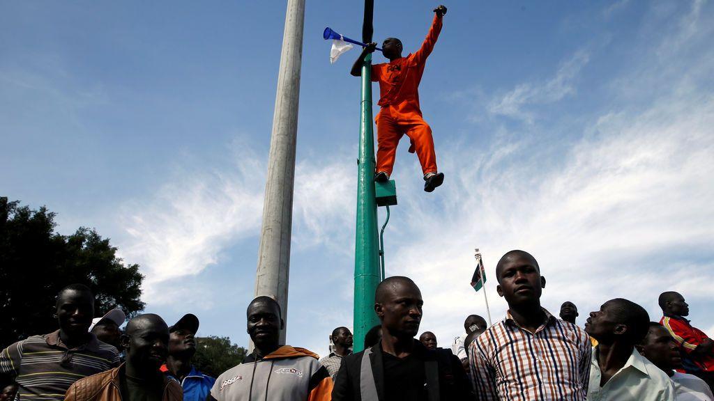 Un partidario del líder opositor keniata Raila Odinga