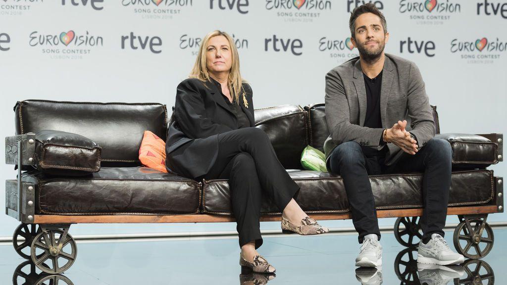 Ana María Bordas, directora de proyectos internacionales de TVE, junto al presentador de 'OT 2017', Roberto Leal.
