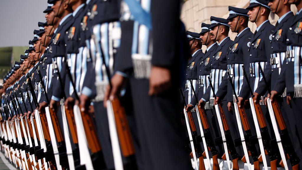 Los soldados indios rinden homenaje a Gandhi