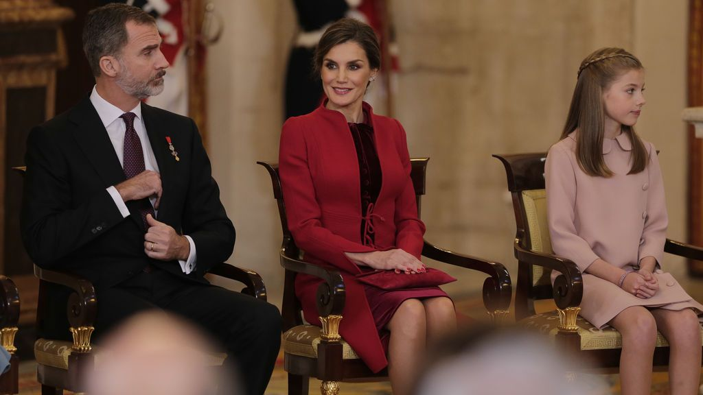La reina Letizia, con abrigo rojo y falda entallada