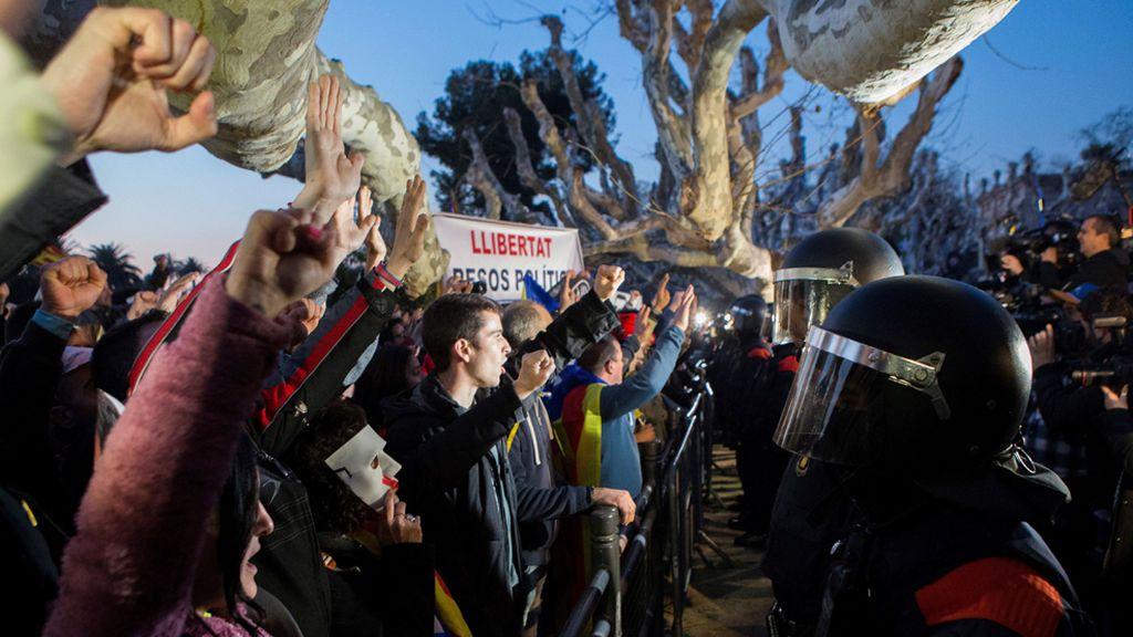 Tensión a las puertas del Parlament tras verse superado el dispositivo policial