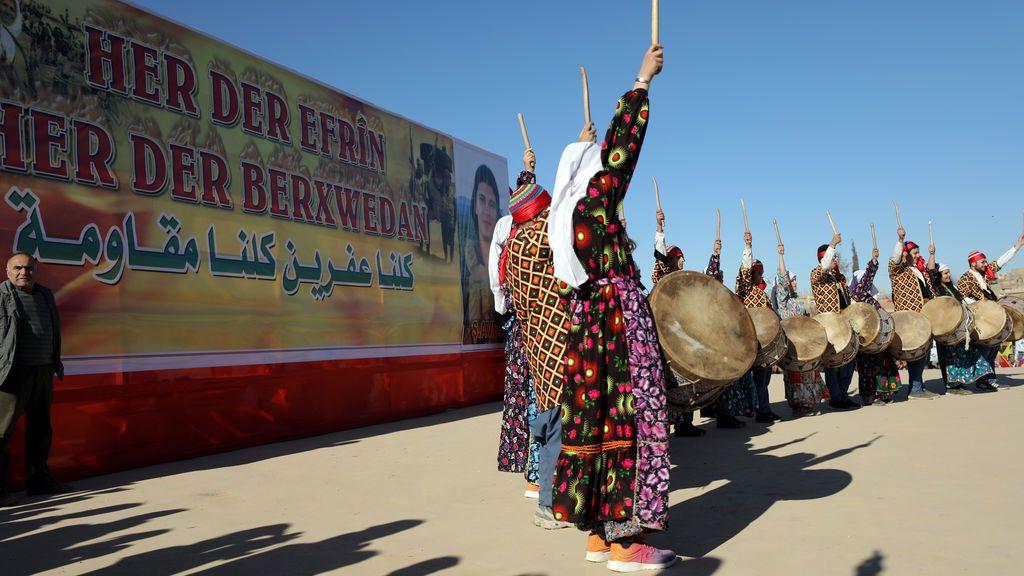 Baile kurdo durante una protesta contra los ataques turcos contra Afrin en Qamishli, Siria
