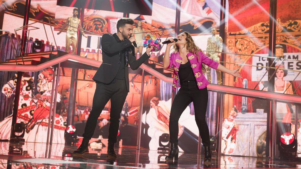Agoney y Miriam cantando 'Magia'.