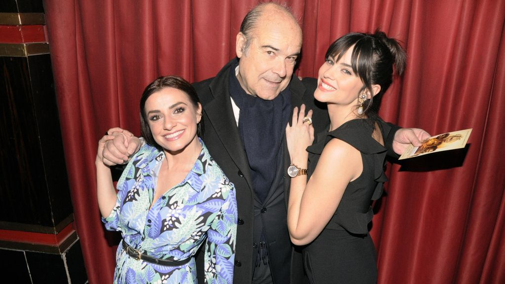 Antonio Resines muy bien escoltado por Anita del Rey y Cristina Abad