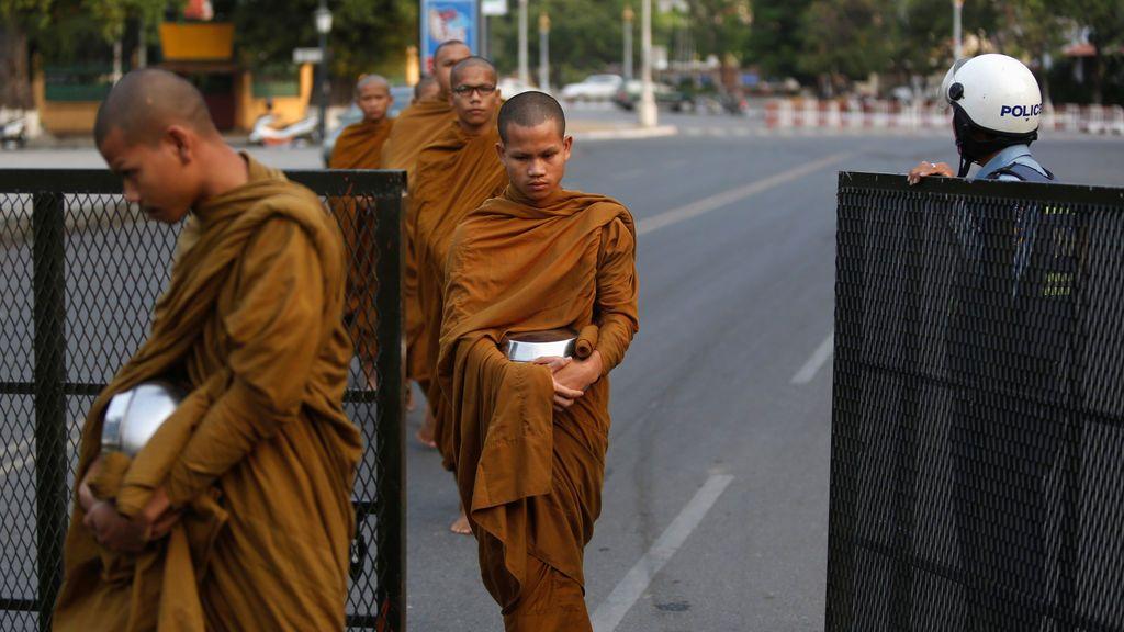 Los monjes budistas cruzan una barricada