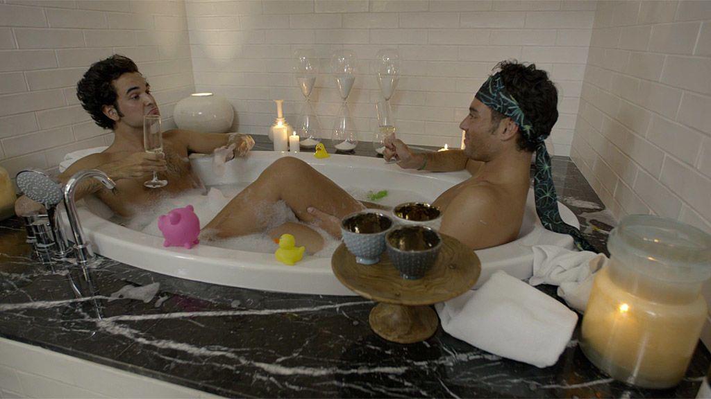Javi saca a la luz la historia de su exnovio multimillonario en un baño de burbujas con Fede