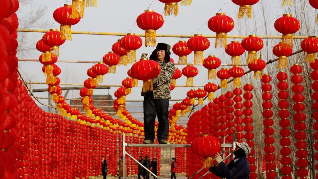 Trabajadores preparando el Año Nuevo Lunar chino