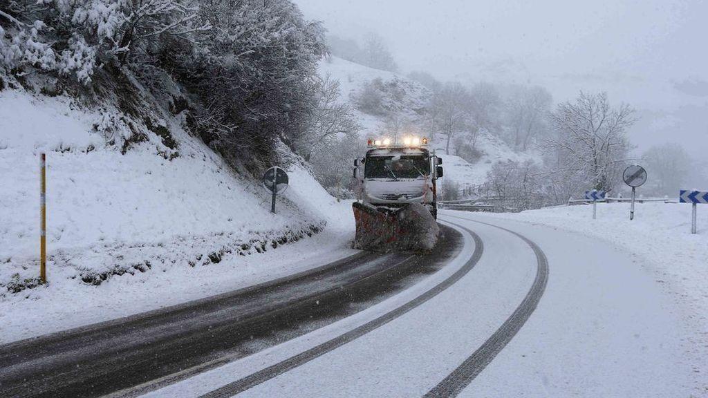 La alerta roja por nevadas obliga a llevar cadenas en muchas carreteras del norte