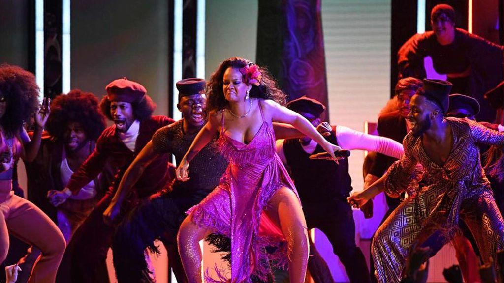 ¿Sensual o ridículo? El sorprendente baile de Rihanna en los Grammy que se ha hecho viral