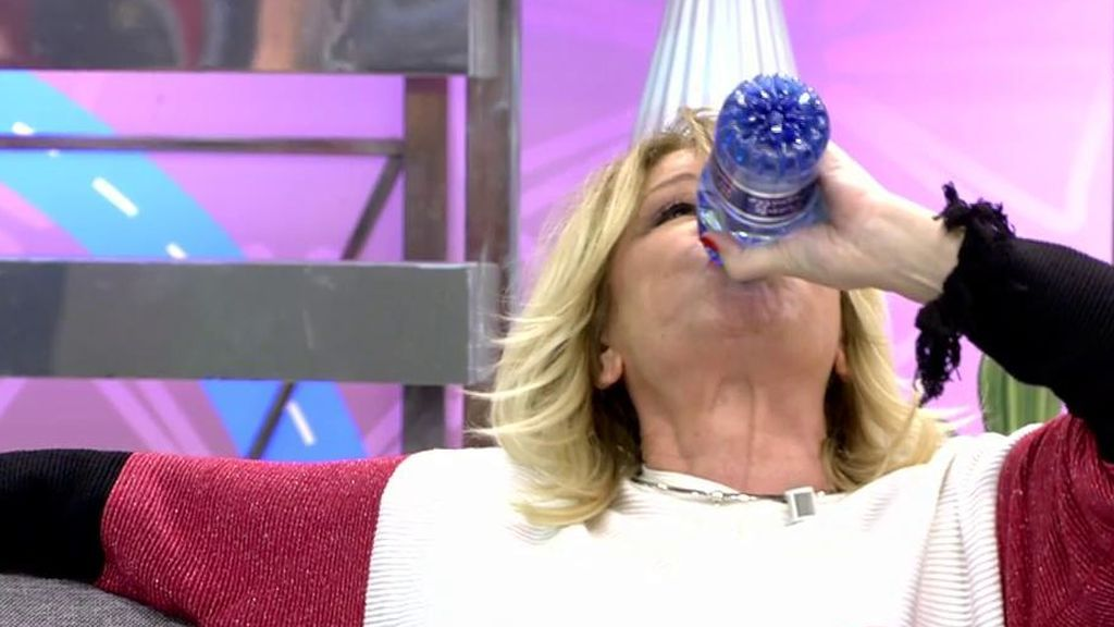 ¡Mila Ximénez se bebe media botella de agua para evitar contestar a Gustavo!