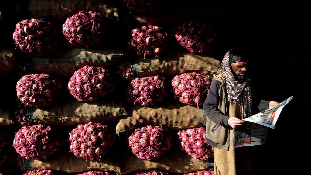 Un trabajador durante un descanso el mercado de Islamabad, Pakistán