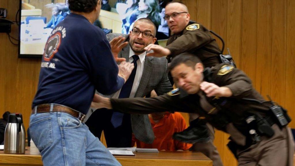 """""""Dadme un minuto con ese bastardo"""", un padre ataca a Larry Nassar en pleno juicio"""