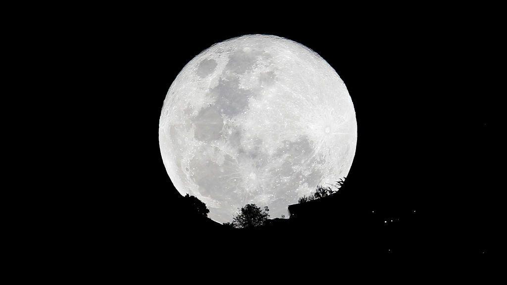 "La ""súper luna"" junto a la iglesia de Monserrate en Bogotá, Colombia"
