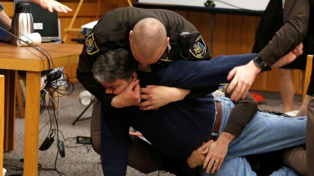 El padre de tres víctimas de abusos se abalanza sobre el Dr. Nassar durante el juicio