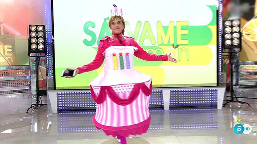 Es el cumpleaños de Bárbara Rey y Chelo se ha convertido en su tarta de regalo