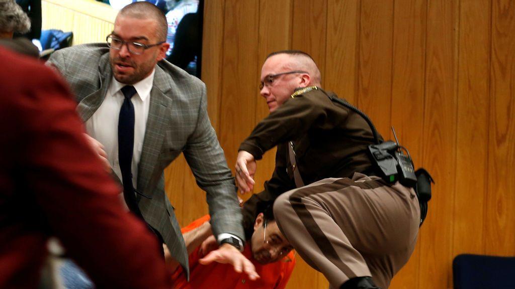 El padre de tres víctimas se abalanza sobre el Dr. Nasser