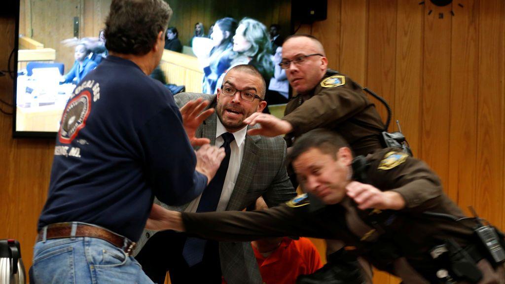 El padre de tres víctimas de Larry Nassar se avalanza sobre él durante el juicio
