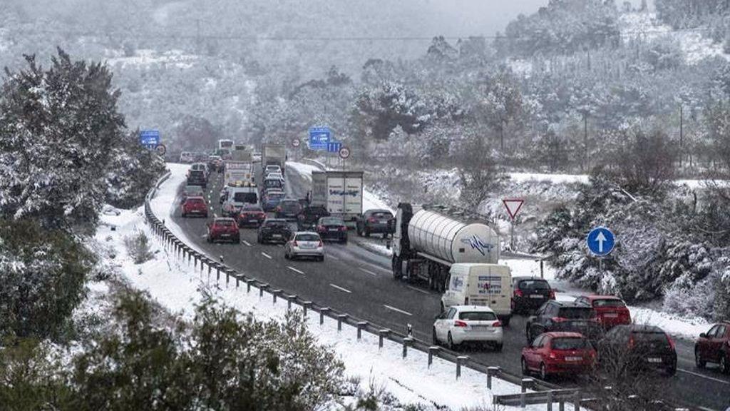 La circulación se complica en más de un centenar de carreteras