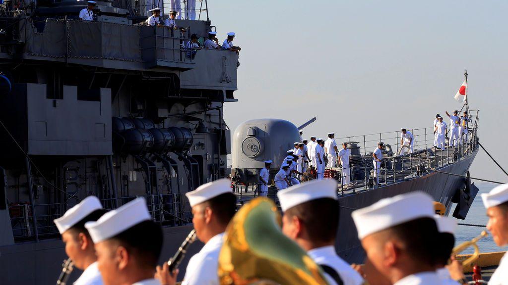 El buque de la Fuerza de Autodefensa Marítima de Japón es recibido por la banda de la Marina de Filipinas
