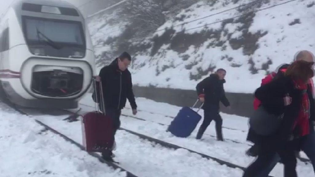 Atrapadas 51 personas que viajaban en un tren entre Bilbao y Barcelona