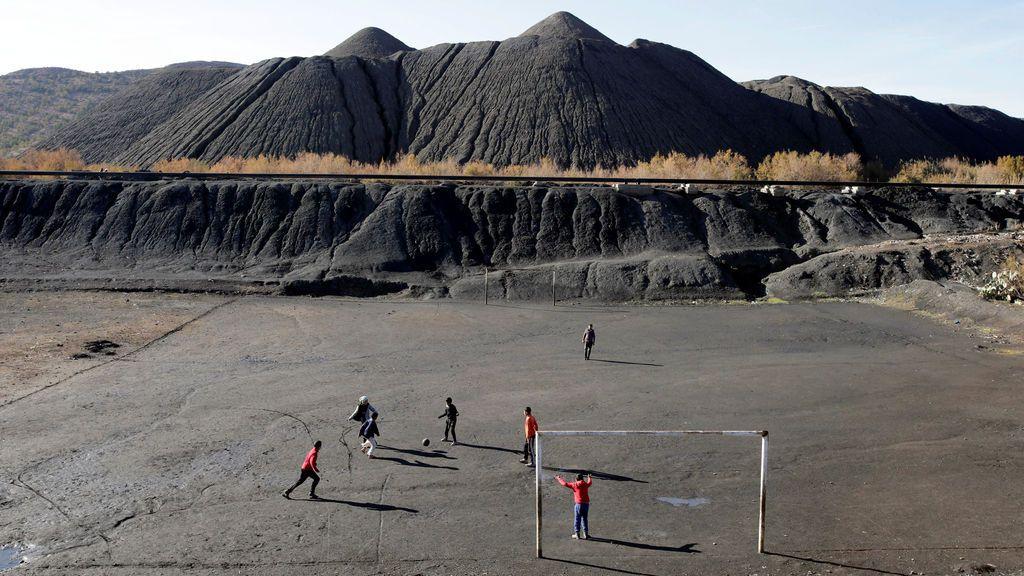 Los niños juegan al fútbol en lo que era una mina de carbón en Jerada, Marruecos