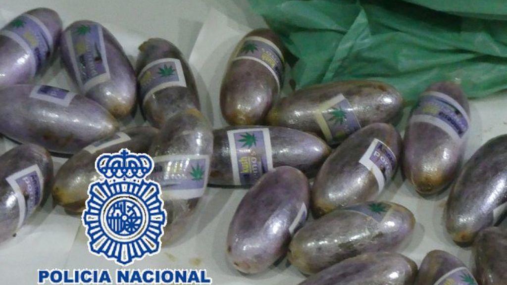 Cuatro detenidos con 592 bellotas ocultas en su organismo intentaban introducir hachís en España