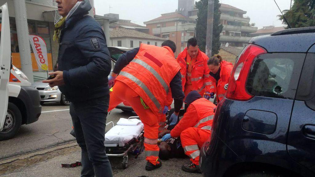 """El autor de los disparos en Macerata gritó """"¡Viva Italia!"""" e hizo el saludo fascista antes de ser detenido"""
