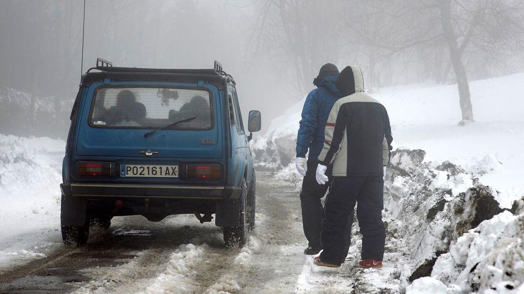 La nieve obliga a cortar 15 carreteras y en 89 es obligatorio usar cadenas