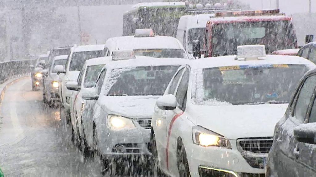La nieve complica la circulación en las carreteras de Madrid