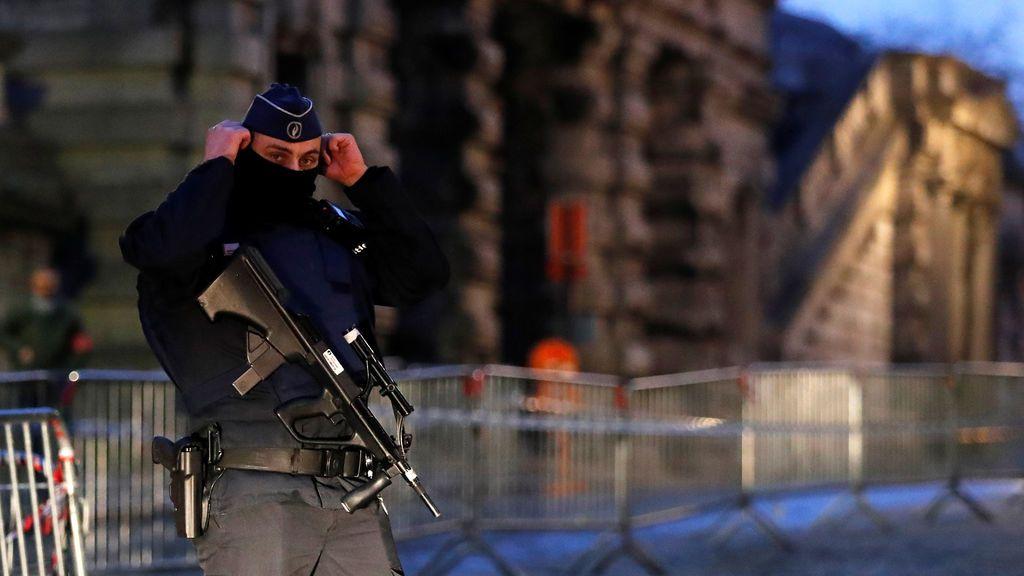 Un oficial de policía belga vigila a la entrada del tribunal antes del juicio de Salah Abdeslam