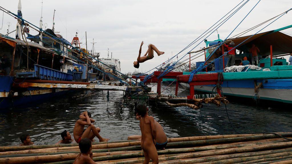 Niños jugando en las aguas de Metro Manila