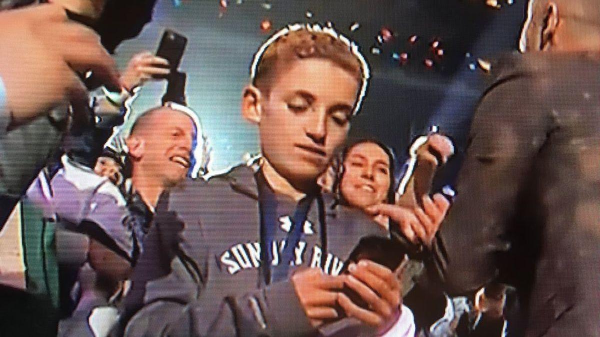 ¡Momentazo Super Bowl! Un niño se pone a mirar móvil con Justin Timberlake a dos metros y arrasa en redes