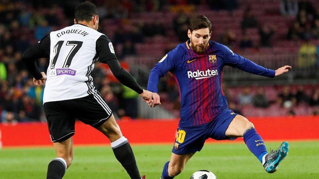 Francis Coquelin, centrocampista del Valencia, y Leo Messi, delantero del F.C. Barcelona, en el encuentro de ida de semifinales de la Copa del Rey 2018.
