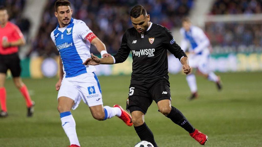 Gabriel Pires, jugador del Leganés, y Gabriel Mercado, defensa del Sevilla, en el encuentro de ida de semifinales de la Copa del Rey 2018.