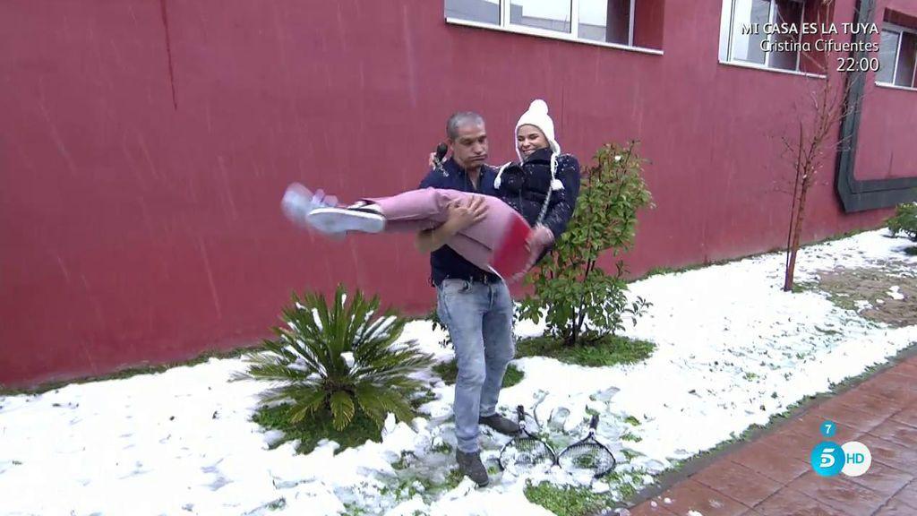 María y Gustavo, dos enamorados en la nieve: ¡beso y rescate en brazos en directo!