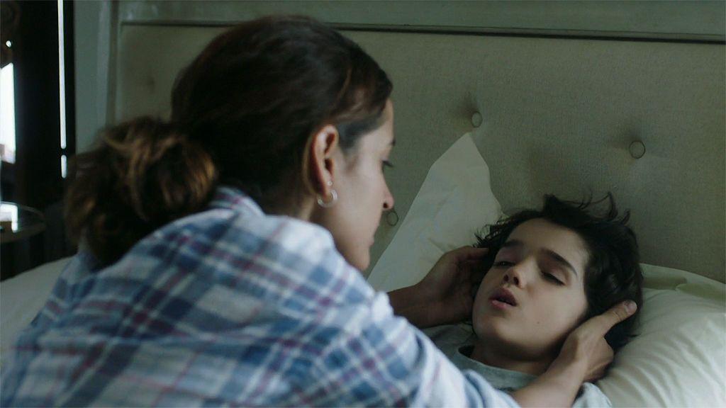 Samuel podría morir, pero Joao no le permite a Lucía llevarlo al hospital
