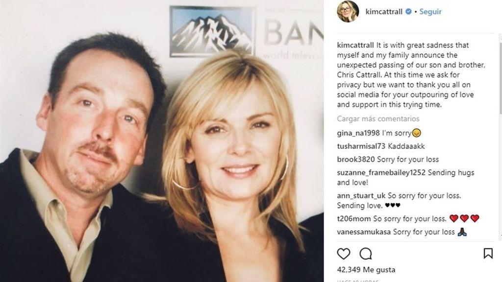 Publicación de Instagram en la que Kim Cattrall anuncia el fallecimiento de su hermano, Chris Cattrall (con ella en la imagen).